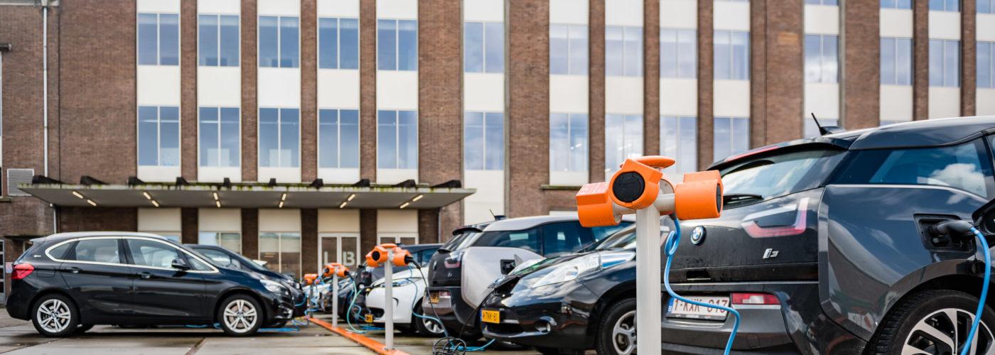 Het grootste laadplein voor elektrische auto's in Nederland, recht onder het raam van ons kantoor.